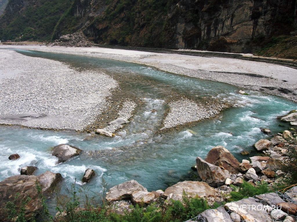 Река Марсьянди, с серебристо- серым песком у деревни Тал, Непал