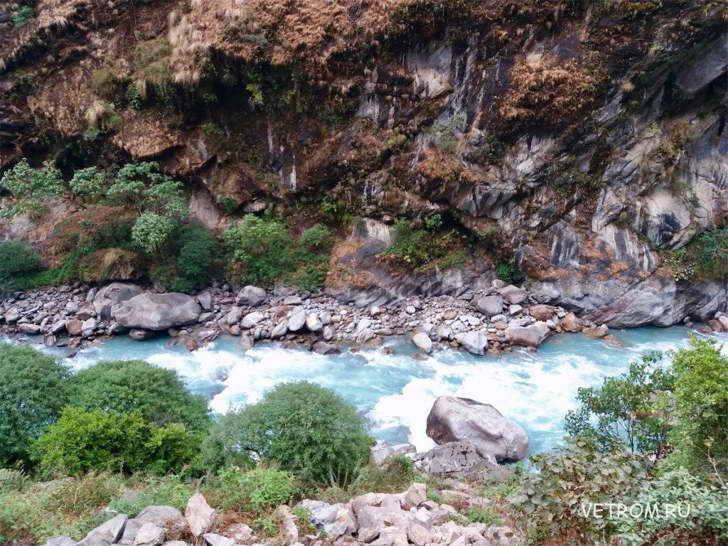 Река текла в ущелье Джагат Непал