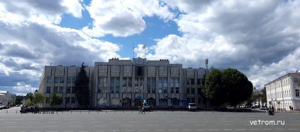Советскую площадь, здания Правительства Ярославской области и Ярославской областной думы